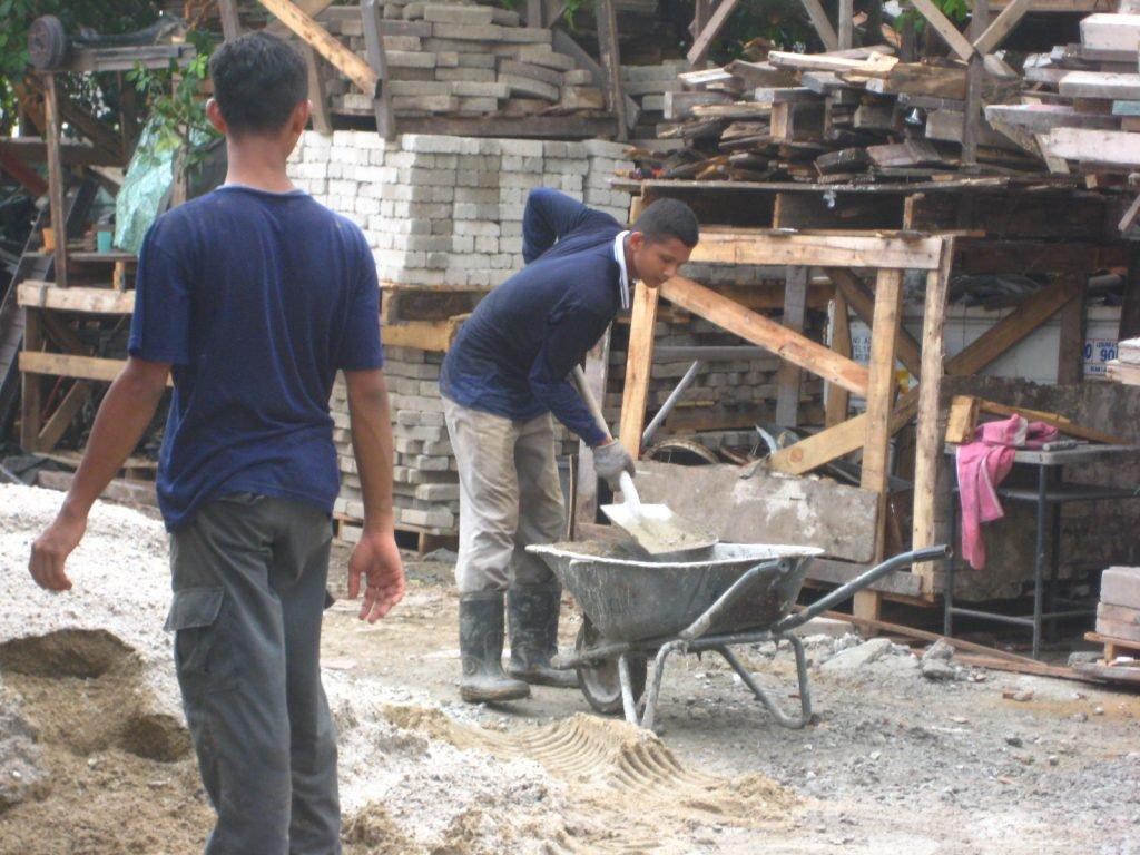 Kesemua anak-anak ayah rajin melakukan kerja berat di RPWP tanpa disuruh. Gambar hiasan Raimie & Abid.