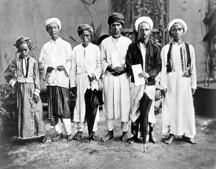 Muslim pilgrims from Ambon, Kai and Banda island, Maluku Islands on their way to Mecca. Photographed by Snouck Hurgronje at the Dutch Consulate in Jeddah, 1884.