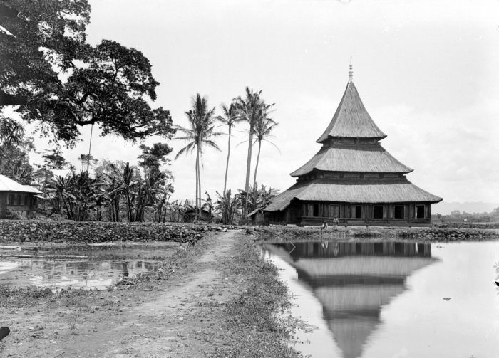 Mosque in the Dutch East Indies, 1900.