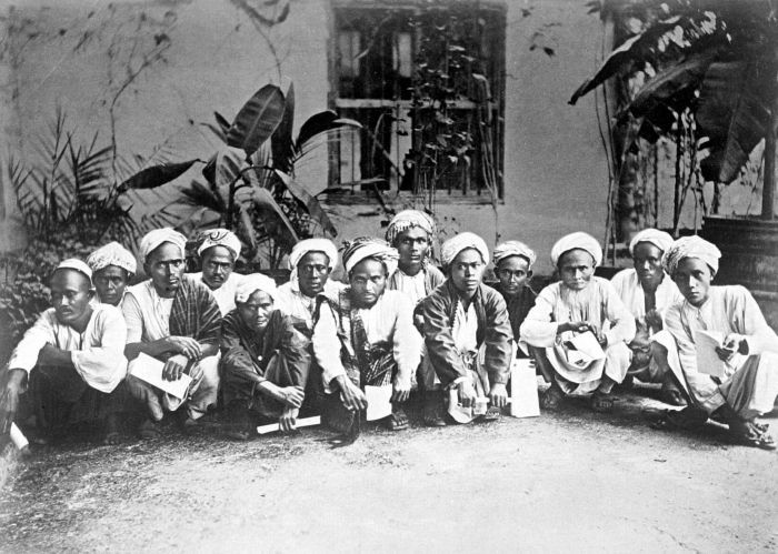 Muslim pilgrims from Mandailing, Sumatra on their way to Mecca. Photographed by Snouck Hurgronje at the Dutch Consulate in Jeddah, 1884.